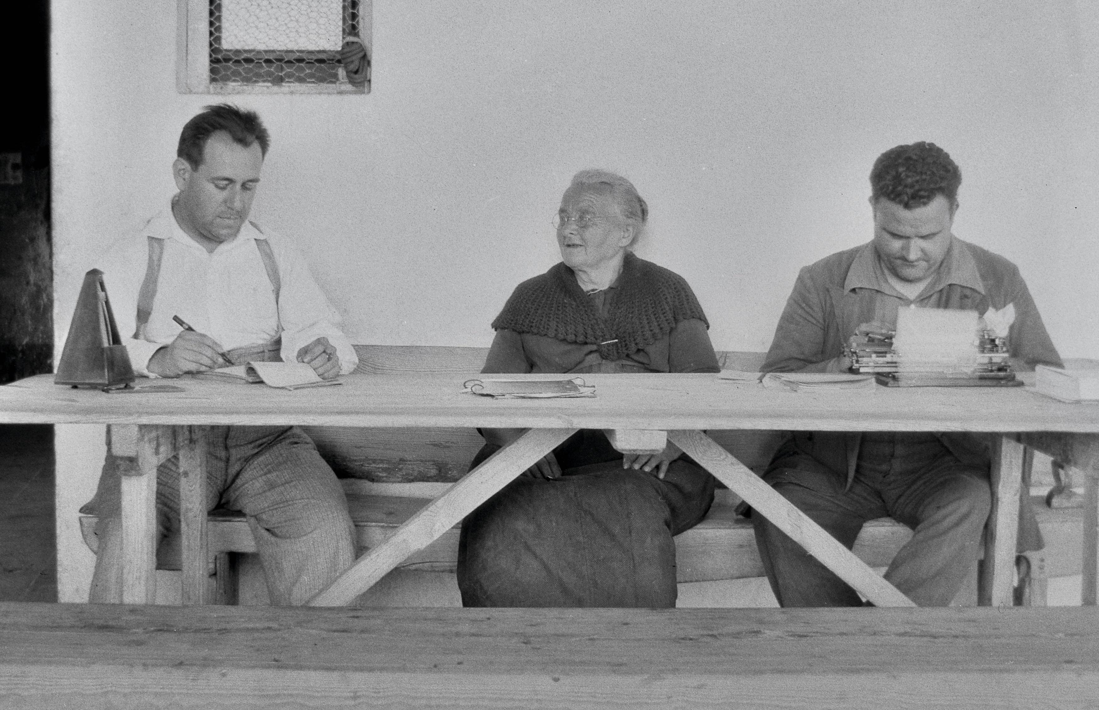 Joan Tomàs i Joan Amades recollint cançons de Josepa Serra de Casanoves, dita de la Cortada, a la casa la Costa de Cavalleria, en la missió de recerca per l'OCPC núm.48, el 1931. Fons JTP