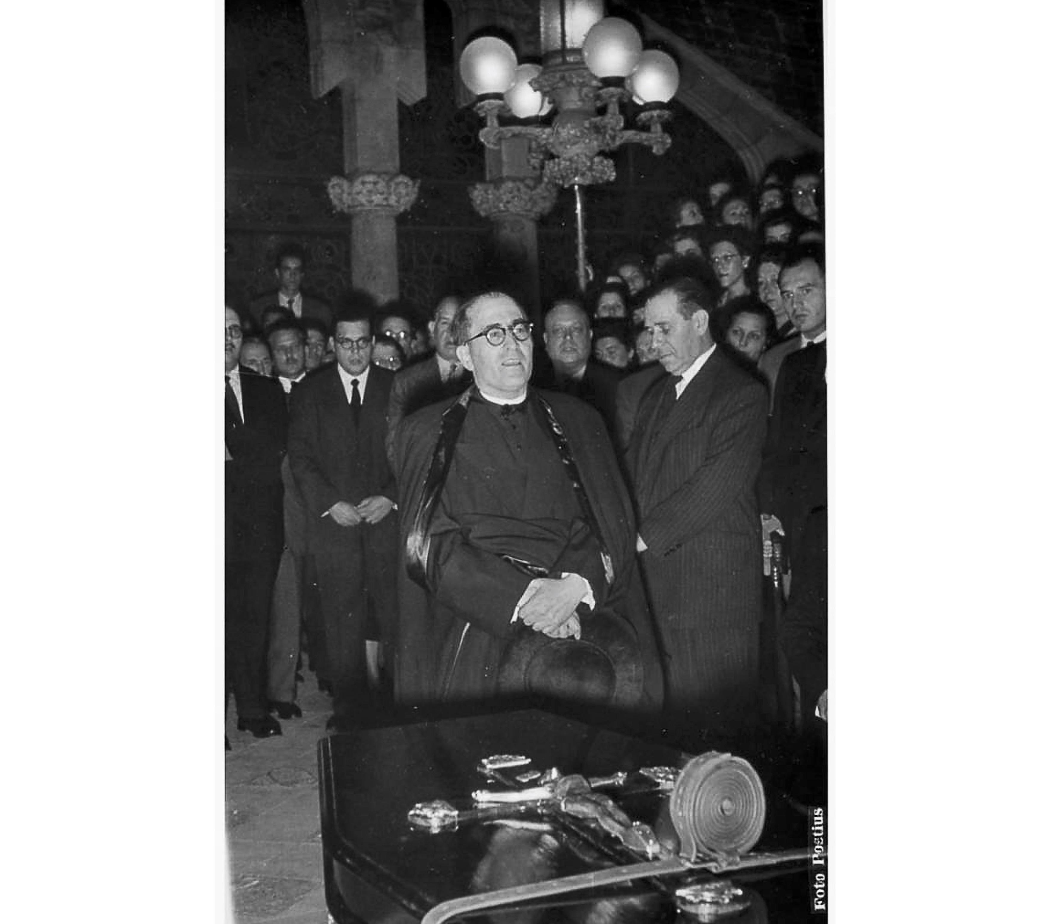 Joan Tomàs a l'enterrament del Mestre Joan Llongueres. 14 d'octubre de 1953. CEDOC