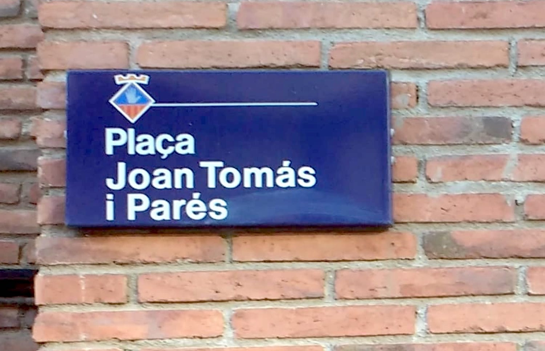 Placa de la Plaça a nom de Joan Tomàs i Parés a Esplugues de Llobregat